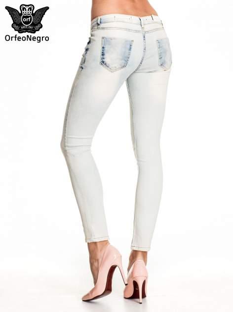 Błękitne rozjaśniane spodnie skinny jeans z przetarciami                                  zdj.                                  2