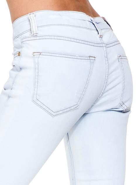 Błękitne spodnie skinny jeans z rozdarciem na udzie                                  zdj.                                  7