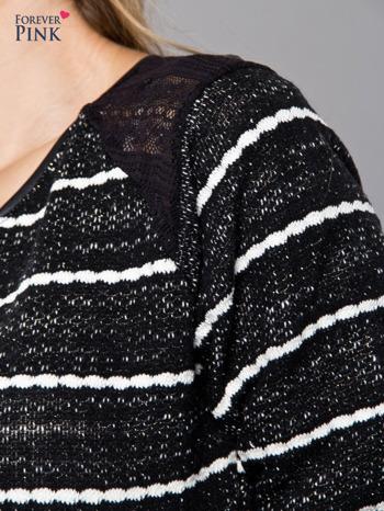 Bluza w biało-czarne paski z koronkową aplikacją na ramionach                                  zdj.                                  4