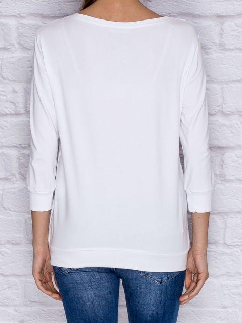 Bluza z kolorowymi naszywkami i napisem biała