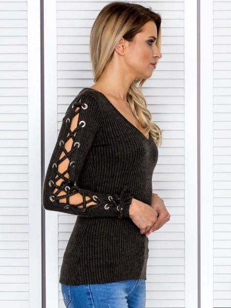 Bluzka damska w prążek ze sznurowanymi rękawami khaki                              zdj.                              2