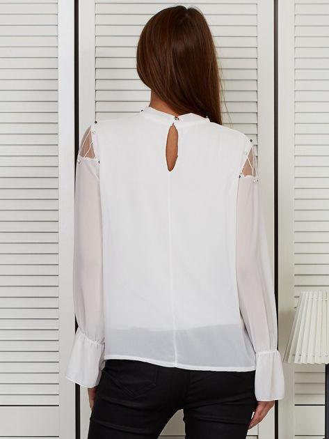 Bluzka szyfonowa z chokerem i perełkami biała                              zdj.                              2