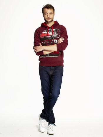 Bordowa bluza męska z samochodowym nadrukiem                                  zdj.                                  2