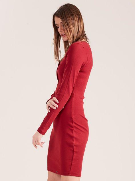 Bordowa dopasowana sukienka z guzikami                              zdj.                              3