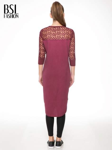 Bordowa dresowa sukienka z koronkowym karczkiem                                  zdj.                                  4