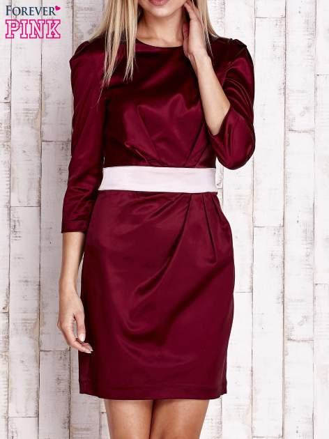 Bordowa elegancka sukienka z satyny z drapowaniem                                  zdj.                                  1