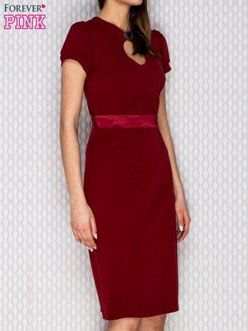 Bordowa sukienka koktajlowa z ozdobną broszką                              zdj.                              3