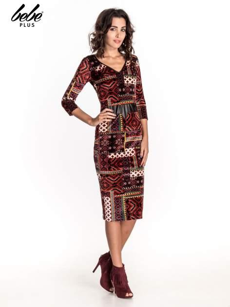 Bordowa sukienka midi w patchworkowy wzór ze skórzaną wstawką                                  zdj.                                  1