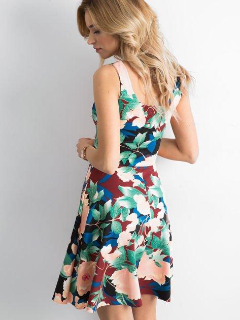 Bordowa sukienka w kolorowe kwiatowe wzory                              zdj.                              1
