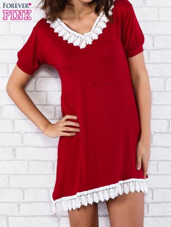 Bordowa sukienka z koronkowym wykończeniem                                  zdj.                                  1