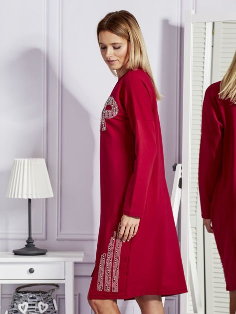 Bordowa sukienka z perełkami i dżetami                              zdj.                              3