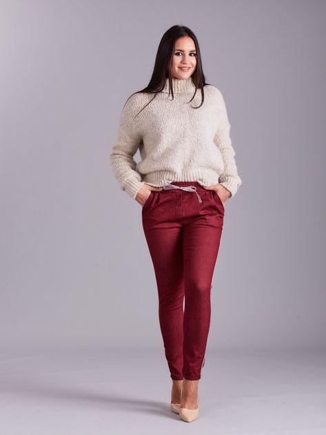 Bordowe spodnie z troczkami i lampasami                              zdj.                              4