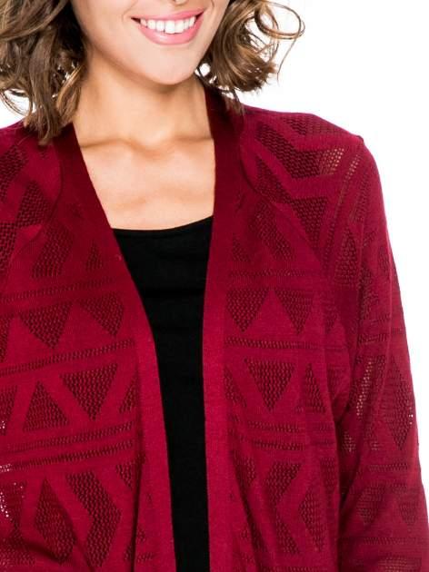 Bordowy sweter narzutka o geometrycznym splocie                                  zdj.                                  5