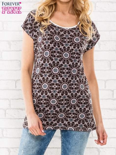 Bordowy t-shirt w motyw ornamentowy                                  zdj.                                  1