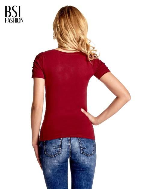 Bordowy t-shirt z koronkową wstawką na rękawach                                  zdj.                                  4