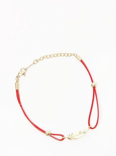 Bransoletka damska na czerwonym sznurku z celebrytką skrzydełkiem pozłacana 14-karatowym złotem