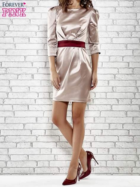 Brązowa elegancka sukienka z satyny z drapowaniem                                  zdj.                                  2