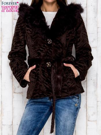 Brązowa kurtka z futrzanym kapturem i paskiem