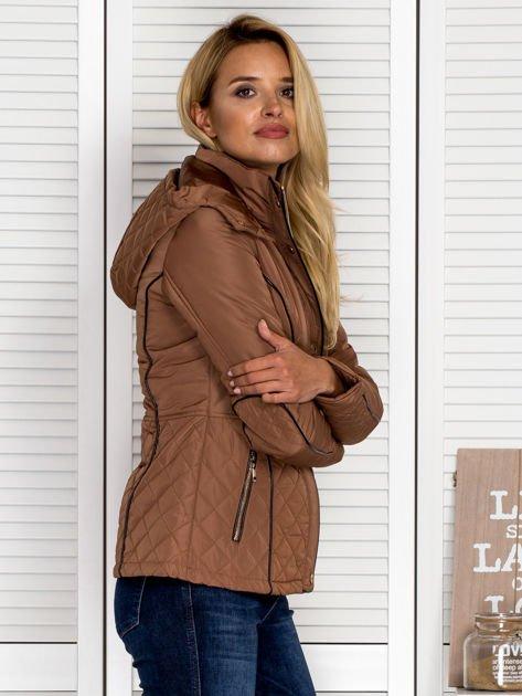 Brązowa kurtka z pikowanymi wstawkami i kontrastową lamówką                                  zdj.                                  3