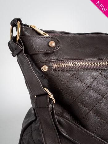 Brązowa pikowana torebka na ramię                                  zdj.                                  2