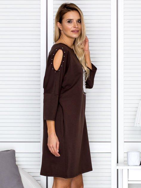 Brązowa sukienka damska oversize z perełkami i okrągłą naszywką                              zdj.                              3