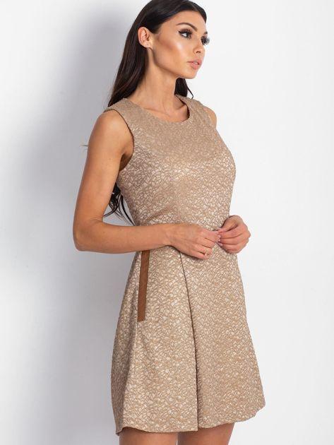 Brązowa sukienka koktajlowa o wyrazistej fakturze                               zdj.                              3
