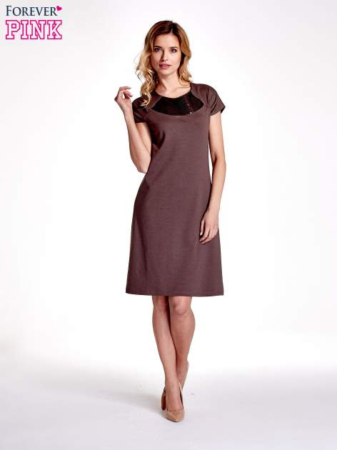 Brązowa sukienka z cekinowym wykończeniem przy dekolcie                                  zdj.                                  4