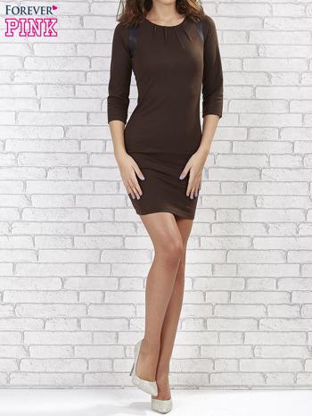 Brązowa sukienka z marszczeniami przy dekolcie