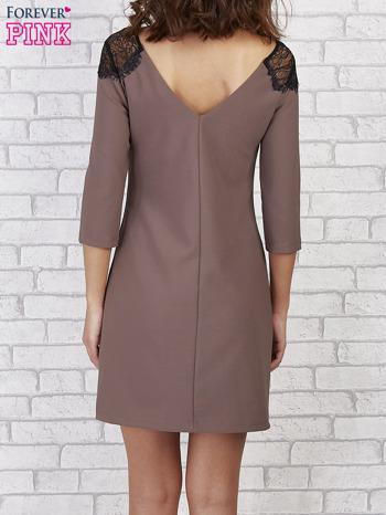 Brązowa sukienka z trójkątnym dekoltem na plecach                                  zdj.                                  3