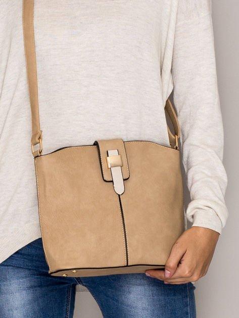 Brązowa torebka z ozdobną klapką                                   zdj.                                  1