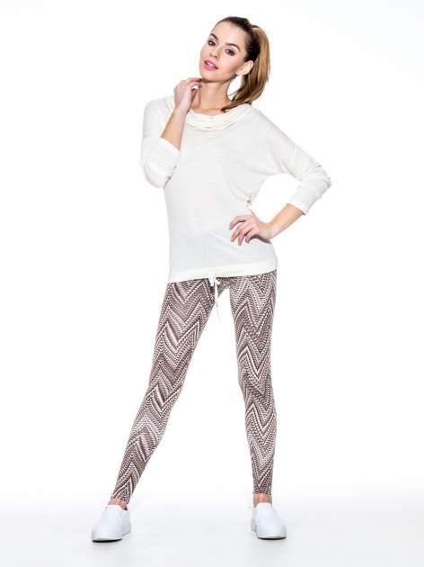 Brązowe legginsy z nadrukiem geometrycznym                                  zdj.                                  7