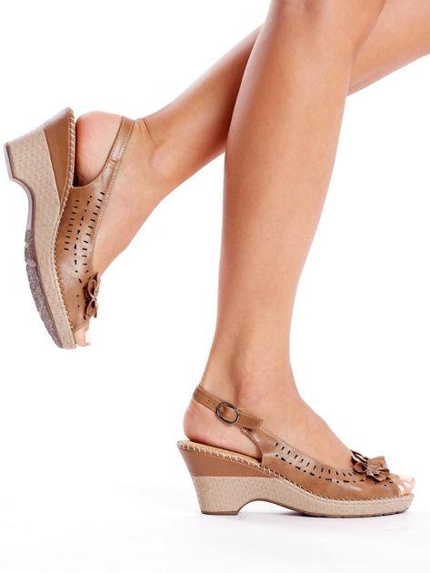 Brązowe sandały na koturnie                               zdj.                              5