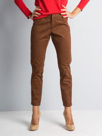 Brązowe spodnie materiałowe z przeszyciami na kolanach