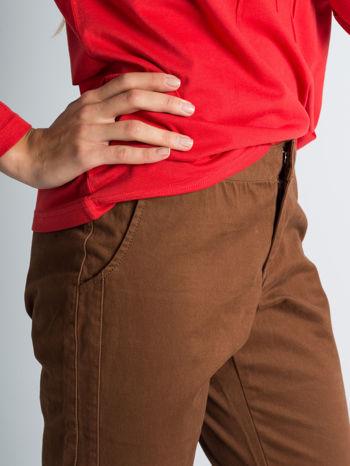 Brązowe spodnie materiałowe z przeszyciami na kolanach                                  zdj.                                  4