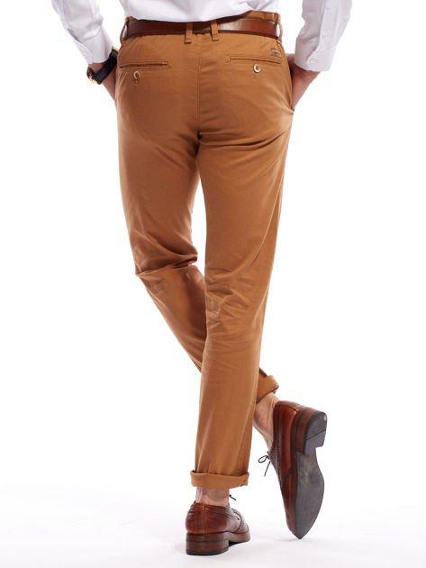 Brązowe spodnie męskie chinosy o prostym kroju                                  zdj.                                  2