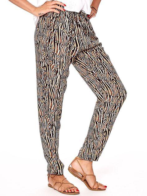 Brązowe spodnie w kolorowe desenie                              zdj.                              6