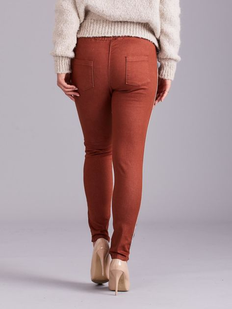Brązowe spodnie z troczkami i lampasami                              zdj.                              3