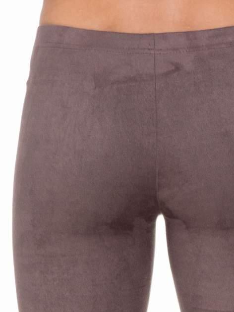Brązowe zamszowe legginsy damskie                                  zdj.                                  6