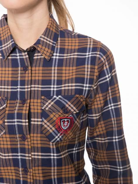 Brązowo-granatowa damska koszula w kratę z kieszonkami i naszywką                                  zdj.                                  5