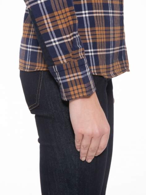 Brązowo-granatowa damska koszula w kratę z kieszonkami i naszywką                                  zdj.                                  8