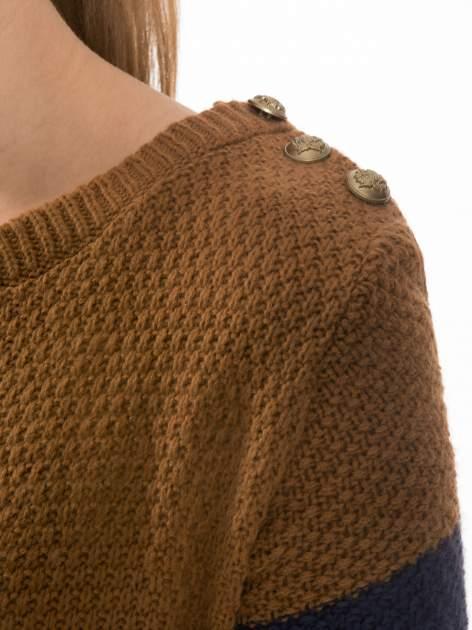 Brązowo-granatowy długi sweter w paski z guziczkami przy ramionach                                  zdj.                                  5