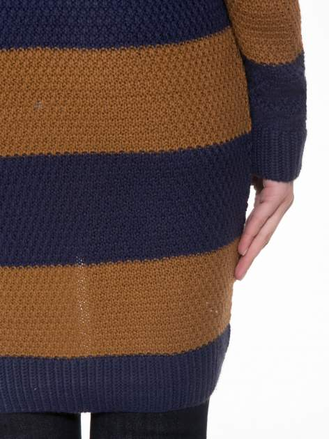 Brązowo-granatowy długi sweter w paski z guziczkami przy ramionach                                  zdj.                                  8