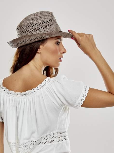 Brązowy damski kapelusz kowbojski z ciemną plecionką                                  zdj.                                  3
