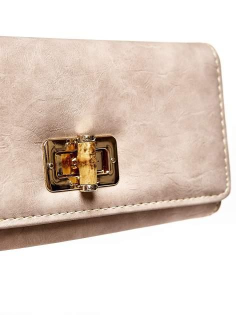 Brązowy fakturowany portfel ze stylizowanym zapięciem                                   zdj.                                  6