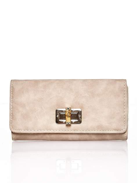 Brązowy fakturowany portfel ze stylizowanym zapięciem                                   zdj.                                  1