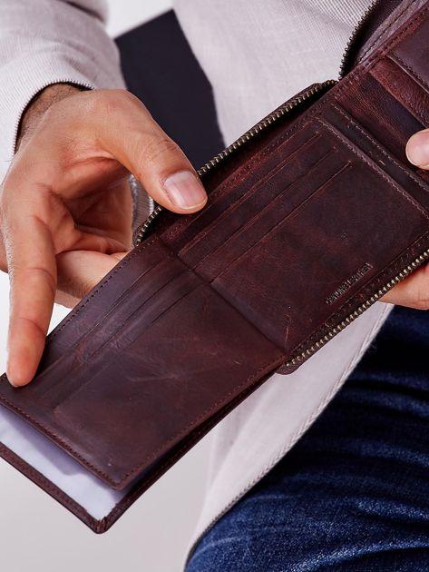 Brązowy portfel męski skórzany z pionowym tłoczeniem                              zdj.                              3