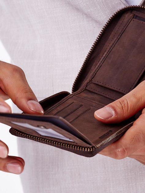 Brązowy portfel męski z tłoczeniem i przeszyciem                              zdj.                              5