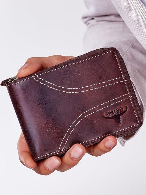 Brązowy portfel męski ze skóry z ozdobnymi przeszyciami                              zdj.                              1