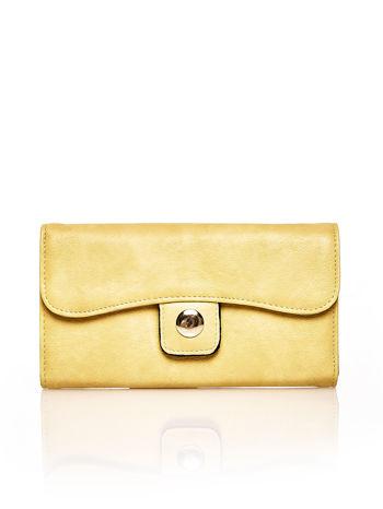 Brązowy portfel z zapięciem na magnes