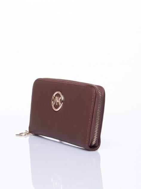Brązowy portfel ze złotym logo i uchwytem                                  zdj.                                  2